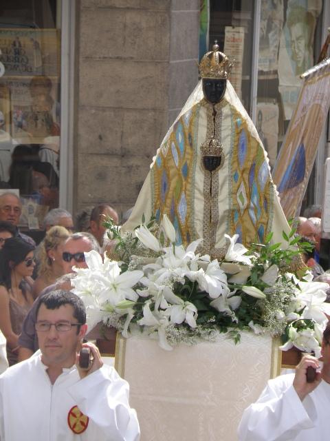 La-Vierge-noire-ici-Notre-Dame-du-Puy-en-Velay-portée-en-procession-en-Europe-plus-précisément-en-France.