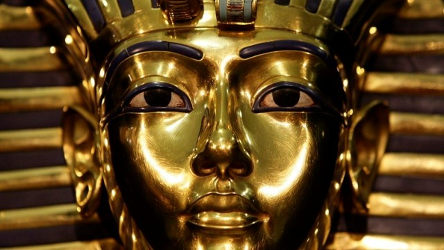 A model of Pharaoh Tutankhamen's mask is seen during the German premiere of the exhibition 'Tutankhamen-his grave and his treasures' in Munich's Olympic park April 8, 2009. The exhibition opens its gates tomorrow and runs until August 30, 2009.   REUTERS/Michaela Rehle   (GERMANY ENTERTAINMENT) - RTXDRUJ